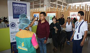 Médicos del Barrio del Ministerio de Salud toman la temperatura corporal a cada pasajero que ingresa a la isla Baltra.