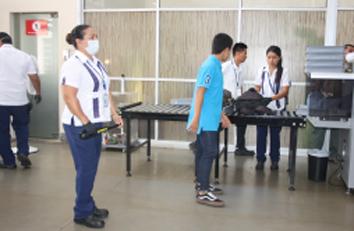 Personal de aeropuerto que tiene contacto con pasajeros usa mascarillas para evitar contagios.